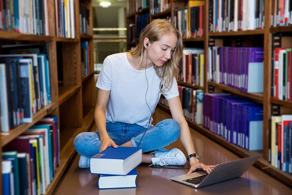 Nuori nainen kirjastossa