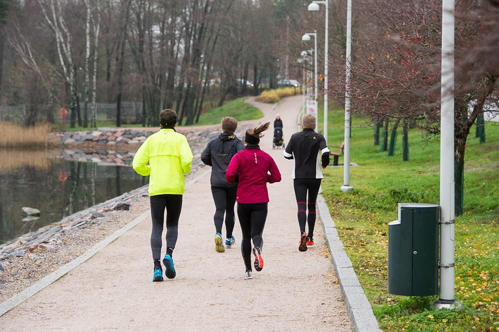 Ihmisiä juoksemassa polulla