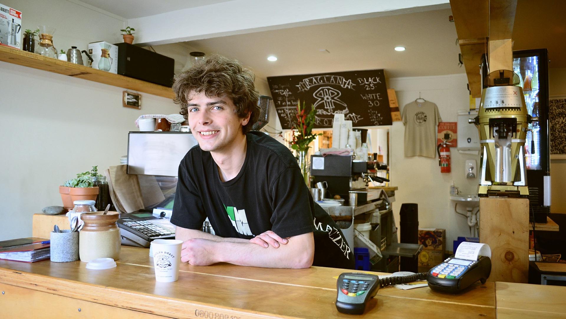 Nuori kahvilatyöntekijä