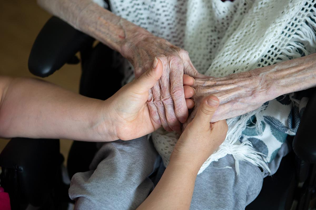 Vanhus ja hoitaja