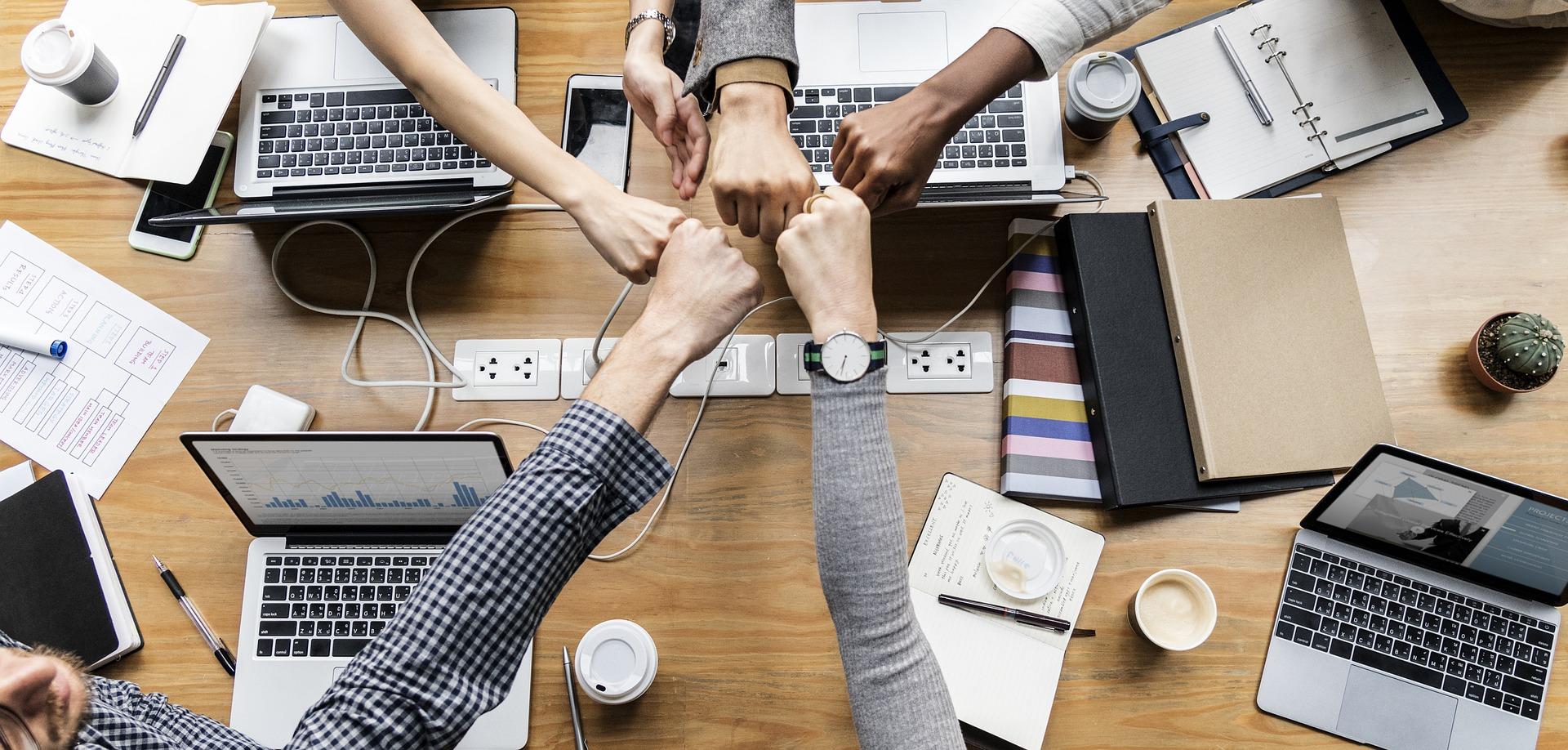 Yhteistyötä kädet yhdessä