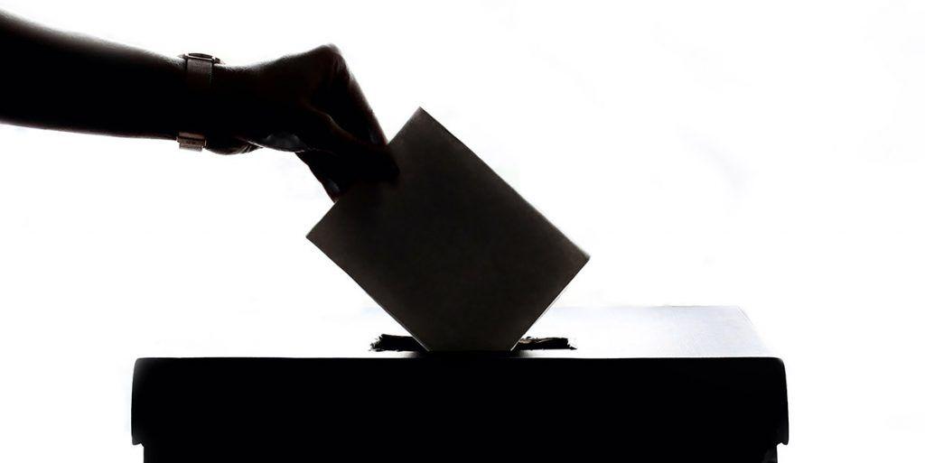 äänestyslipukkeen laittaminen uurnaan